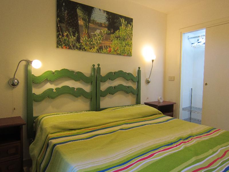la camera da letto con armadio a parete