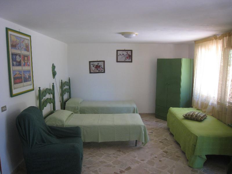 il soggiorno con tre letti