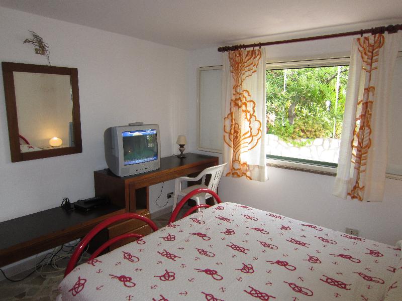 camera da letto scrittoio con tv