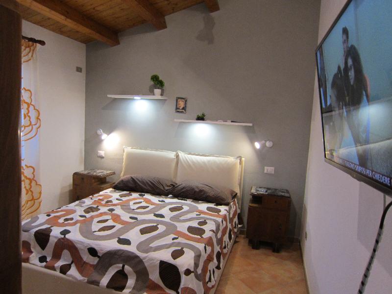 Camera da letto con tv a parete