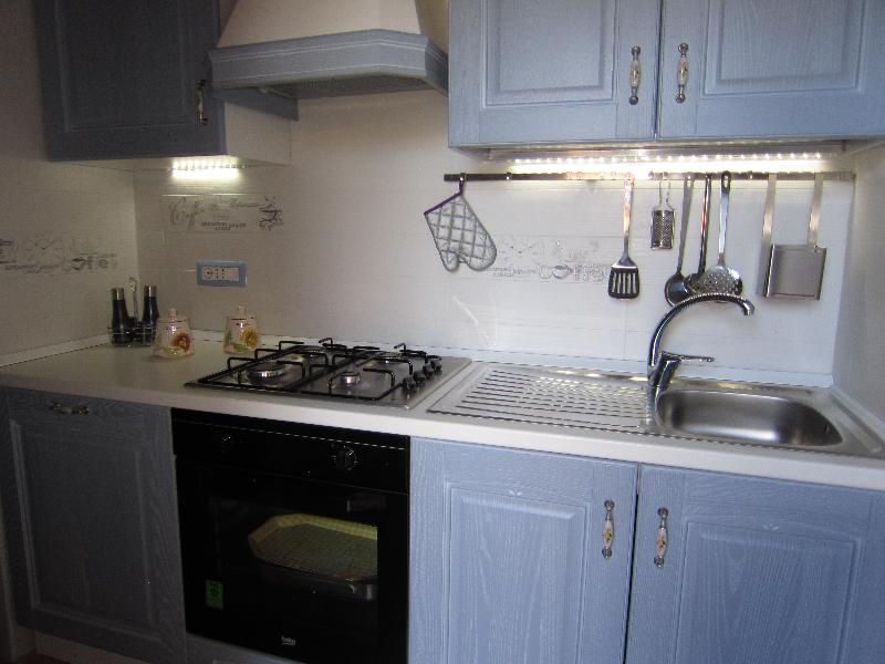 Cucina con lavastoviglia e forno
